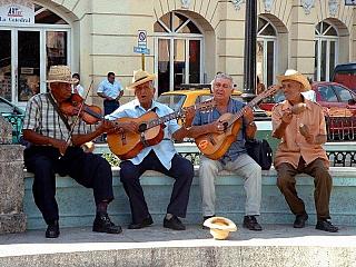 Kuba, která se rozkládá na 110 tisících kilometrech čtverečních, má vsoučasné době jedenáct milionů obyvatel. Jako ostrovní stát nemá Kuba žádné přímé sousedy, přes moře ale sousedí sUSA, Mexikem, Bahamami, Haiti a Jamajkou. A co zajímavého Kuba nabízí pro turisty, tedy kromě nekonečných pláží...