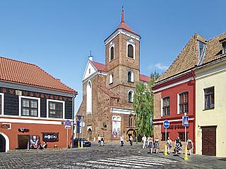 Třímilionová Litva se rozkládá na 65 tisících čtverečních kilometrech. Mezi její sousedy se řadí Lotyšsko, Bělorusko, Polsko a díky Kaliningradské oblasti i Rusko. Litva byla vminulosti obrovskou a mocnou zemí, takže o historické památky tu rozhodně není nouze. Pojďme si o nich trochu...