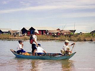 Jezero Tonlé Sapv Kambodži, které napájí řeka Mekong, je torzem někdejšího mořského zálivu. Rozloha kolem dvou a půl tisíce kilometrů se může vletních měsících díky monzunům až zečtyřnásobit, hloubka dosahuje místy až 14 metrů. Vrelativně dostchudé zemi, jakou je právě Kambodža, zde...