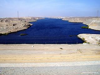 Monumentální stavby v Egyptě nepatří jen do období starověku. Jedna z nich byla postavena v druhé polovině 20. století. Asuánská přehrada poprvé v dějinách dokázala zregulovat vody Nilu a dostat pod kontrolu každoroční cyklus záplav. Na nich vždy závisel život Egypťanů, někdy však byly záplavy...