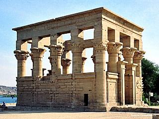 Egyptský chrám bohyně Eset pochází z doby Ptolemaiovců stejně jako Esna, Edfu nebo Kom Ombó. Chrám ve Philae zasvěcený bohyni Eset je půvabně umístěný na ostrově obklopen skalisky mezi modrými vodami Nilu. Technickou zajímavostí tohoto chrámu je, že byl v sedmdesátých letech 20. století rozebrán...
