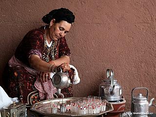 Berberská žena připravuje čaj (Alžírsko)