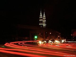 """Kuala Lumpur je s půl druhým milionem obyvatel největším (a současně hlavním) městem Malajsie. Protože jde o významné obchodní centrum, asi polovinu populace tvoří Číňané, dále je zde i mnoho Arabů a Indů. Také jde o poměrně nové město, na mapě je """"teprve"""" od poloviny devatenáctého století...."""