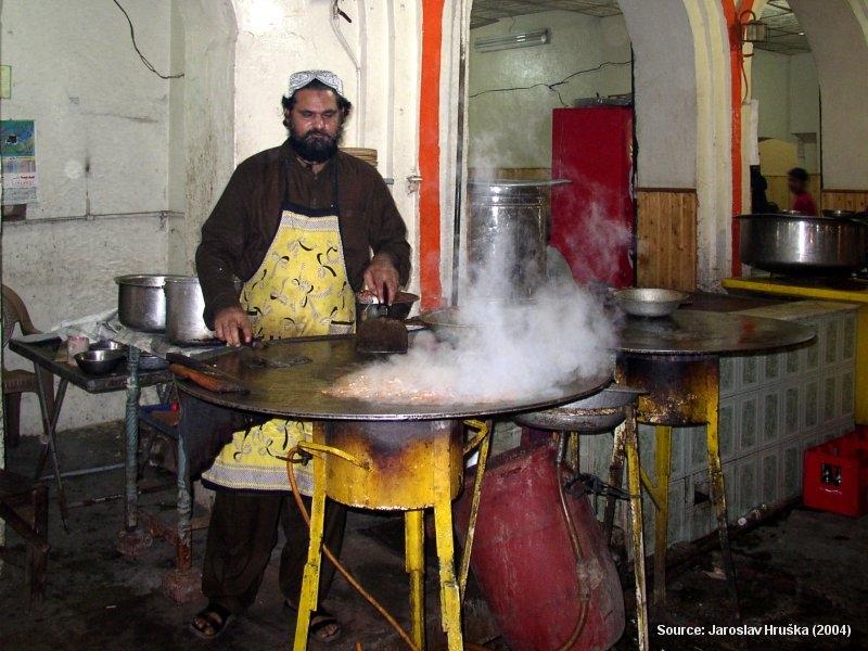 Pákistánské tržiště s jídlem v Láhauru