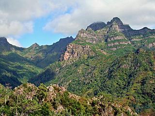 Náročné horské túry, ale i krásná příroda všude kolem – to vše slibuje Encumeada, jeden znejvyšších vrcholků Madeiry (1080 metrů nadmořské výšky, nejvyšší je pak hora Pico Ruivo se 1862 metry – a není odtud zrovna daleko). Slibuje při odpovídajícím počasí skvělý výhled na jižní i severní...