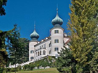 Po návštěvě Melku a tamního benediktinského kláštera je načase obdivovat i necelých patnáct kilometrů vzdálený zámek Artstetten, který patří k významným památkám v Rakousku a snad k tomunejzajímavějšímu co může údolí Wachau nabídnout. [G:3366] [G:3367] Artstetten vypadá, jako by byl opravdu z...