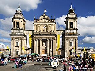"""Hlavní město Guatemaly, jež se rozkládá vjižních končinách této krásné země, má vsoučasnosti přibližně jeden milion obyvatel, založeno přitom bylo """"až"""" vroce 1776. Vítá Vás Guatemala City, kde se snoubí moderní svět sbohatou architekturou, žel ale i schudinskými slumy, nazývanými Shantytown..."""