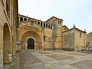 Středověký skanzen Santillana del Mar nejvíce proslavily Altamirské jeskyně (Španělsko)