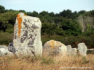 Carnac s neolitickými megality a mohylou (Francie)