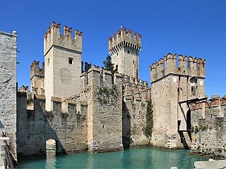 Sirmione je perlou jezera Lago di Garda (Itálie)