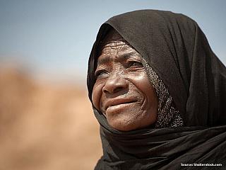 """Motto Alžírska:""""From the people and for the people"""". Žlutá a dunami posetá země, tak na první pohled vypadá Alžírsko. Vjejich dunách a žlutých píscích je ovšem skryta nádherná architektura pouštních městeček a bohatá kultura. Alžírsko je zcela pohlceno Saharou. Největšípoušťsvěta, která má..."""