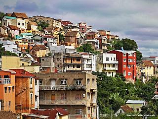 Antananarivo leží v centrální části ostrova Madagaskar, téměř uprostřed, je největším městem ostrova a je jeho hospodářským, správním a komunikačním centrem. Ve městě se nachází mezinárodní letiště. Na podzim tu všude rozkvétají stromy rodu Jacaranda a centrum města se barví do modrofialového...