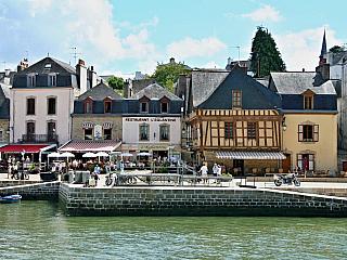 Auray je menší město vregionu Bretaň, vdepartamentu Morbihan. Město není nijak velké, v současnosti zde žije něco přes 11 000 obyvatel, přesto se významně zapsalo do dějin. Prvně v roce 1364, kdy se odehrála 29. září tohoto roku bitva u Auray při válce o bretaňské dědictví, která byla součástí...