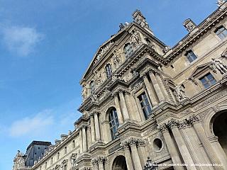 Palác Louvre v Paříži (Francie)