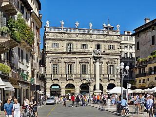 Palazzo Maffei na Piazza delle Erbe ve Veroně (Itálie)