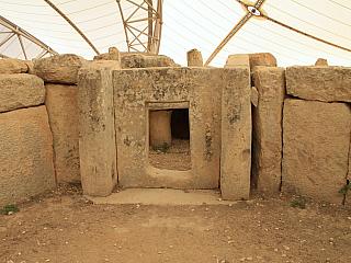 Megalitický chrám Mnajdra připomíná doby dávno minulé (Malta)