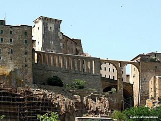 Pitigliano zaujme lávovými stavbami a etruskými stezkami Via Cave (Itálie)