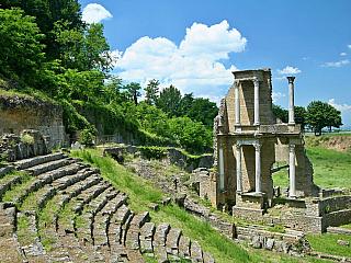 Město alabastru Volterra nabídne nejen historii, ale i vysoké srázy poblíž něj (Itálie)