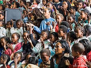 Žije se tu jako před sto lety, lidé jsou závislí na tom, co si sami vypěstují a vyrobí. Navštívili jsme kmen Sakalavové, kteří žijí u řeky Mangoky. Řeka jim dává potřebnou vodu k pití i vaření. Jejich domky a ploty jsou zusušených, úzkých kmínku nějakého keře. Vypadají stejně jako rohože, které...