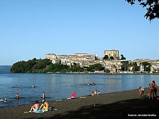 Vulkanické jezero Lago di Bolsena je bránou do Toskánska (Itálie)