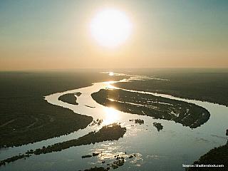 """""""Ten, který zastaví proud řeky"""" – Mokele Mbembe, nikdo ho nevyfotil, nikdo nemá žádné důkazy, přesto o něm tvrdí, že existuje. Dinosaurus, který přežil dodnes? Domorodci se ho bojí, je nebezpečný, slýcháme o něm už přes dvě stě let. Skutečně žije? A pak, že obludy jsou jen v pohádkách. Každé..."""