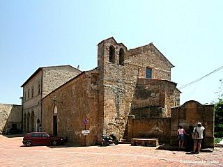 Sovana je oázou naprostého klidu středověké Itálie mezi etruskými hrobkami (Itálie)