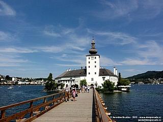 Vodní zámek Ort a městečko Gmunden na břehu Traunsee (Rakousko)