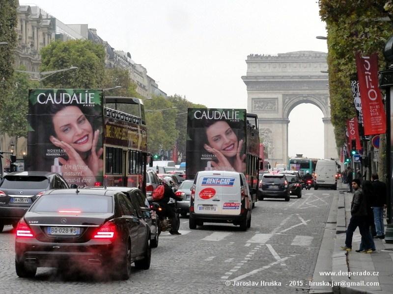Bulvár Champs Elysées v Paříži