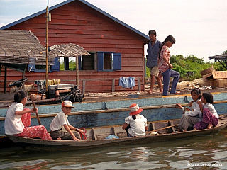 """Na naši najatou loďku naskakuje malý klučina, zřejmě syn lodivoda a snaživě se nám pokouší dělat průvodce. Jeho angličtina je však omezená v podstatě jen na pár základních slov a tak pouze střídavě ukazuje """"Islam people"""" nebo """"Vietnam people"""". Projíždíme na malé loďce touto zvláštní plovoucí..."""