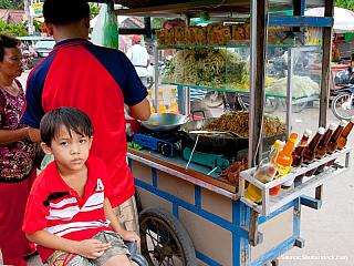 Městečko Siem Reap je výchozím místem pro návštěvu Angkoru. Je jedním z nejvíce navštěvovaných míst v Kambodži a prožívá hektický boom. Ubytování v Siem Reap Siem Reap je plný hotelů, od levných guest-housů až po luxusní hotely. Levného ubytování je tady celá řada, v centru je oblíbená oblast...