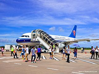 Doprava letecky z Evropy a okolních zemí a praktické informace o pozemních přechodech hranic z/do Thajska, Laosu a Vietnamu. Letecky do Kambodže Nejlepším místem pro přílet z Evropy je Bangkok a pak pozemní přesun do Kambodže. Nejlevnější letenky z Evropy do Bangkoku se pohybují cca od 16.500 Kč...