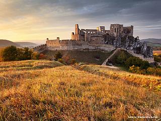 Pokud někdy pojedete po dálnici z Žiliny do Bratislavy, jistě nepřehlédnete jednu z nejvýznamnějších dominant Pováží. Zříceninu hradu Beckov. Hrad se nachází na vápencové skále nedaleko od Trenčína a z výšky 70 metrů shlíží na údolí Váhu. Podle archeologických průzkumů bylo toto místo osídleno...