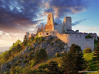 Při opevňování západní hranice Uherské říše byla budována série opevnění v okolí řeky Váh. Jedním z prvních budovaných hradů byly Čachtice. Hrad byl postaven ve 13. století na vápencovém vrchu, v místech, která již od pravěku byla osídlena. Už v roce 1273 prošel hrad první zatěžkávací zkouškou,...