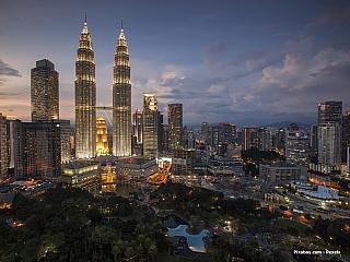 Třicetimilionová země, kde najdete obrovské mrakodrapy, ale také doslova až panenskou přírodu. Obrovské kontrasty na každém kroku, potkáte tu Malajce, ale i spoustu Číňanů a Indů a měli byste se tu bez problémů domluvit nejen anglicky. Co zajímavého zde lze obdivovat? Centrem Malajsieje město...