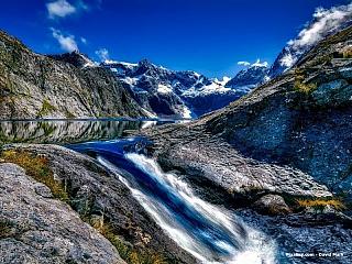 Exotická destinace, kam by se jistě každý chtěl alespoň jednou za život podívat. Nový Zéland má čtyři a půl milionu obyvatel, náš stát by se ale do něj vešel čtyřikrát. Domluvíme se tu anglicky a maorsky, formálně je toto souostroví pod vládou britské koruny, jako první Evropan vůbec se sem...