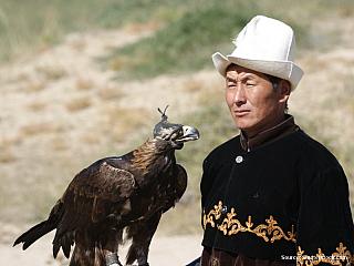 Mluvila jsem o jídle, takže bych to mohla rozvést, protože to lidi, kteří se vrátí vyhladovělí z hor, většinou nejvíc zajímá:-) Navíc jsem žena a ty mají jídlo skoro v popisu práce, ne? V Biškeku je velikánský výběr dobrot, a člověk se může jen rozhodnout jak kulturně je chce konzumovat....