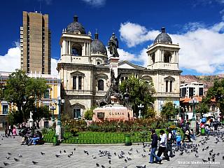 La Paz 17/7/2003 Potřetí a asi naposledy v La Pazu. Včera jsem se vzbudil v Rurre (kde se po pár chladnějších dnech vzpamatovala pravá tropická výheň), v jedenáct dopoledne jsem nasedl na autobus a coby dup jsem se dnes v pět ráno ocitl v hlavním městě. Mimoděk jsem tak projel