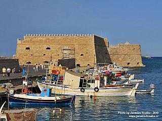 Krétská metropole Hérakleion (chcete-li Iraklio) má vsoučasné době na 170 tisíc obyvatel. Najdete tu spoustu odkazů na někdejší byzantskou přítomnost, ale prim hrají hlavně památky spojené sBenátčany. Pojďme si tedy toto malebné a slunné město sobrovským přístavem představit trochu...