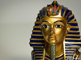 Více než tisíc let před narozením Krista zemřel znevysvětlitelných důvodů mladý faraón. Narychlo mu vystavili pohřeb a jeho jméno bylo zanedlouho vymazáno z pomníků, které za svůj krátký život vybudoval. Nosil hrdě své jméno – Tutanchamon syn Achnatona. Jeho hrobku skoro o tři tisíce let...