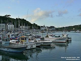 Audierne je přístavem pro chov humrů a langust (Francie)