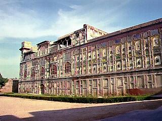 Láhaurská pevnost se nachází na severozápadě Starého města Láhauru stejně jako Bádišáhova mešita. Obrovská pevnost byla vystavěna na lichoběžníkovém půdorysu a její rozloha je 20ha. Láhaurská citadela byla vybudována na strategickém místě, které se kobraně využívalo již od starověku. Dnešní...