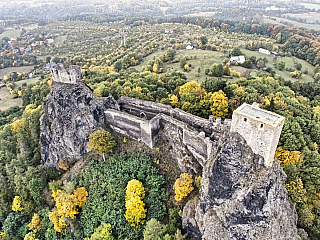 Hrad Trosky se se tyčí uprostřed Českého ráje (Česká republika)