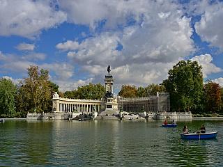 El Retiro Park je zelenou oázou v Madridu (Španělsko)