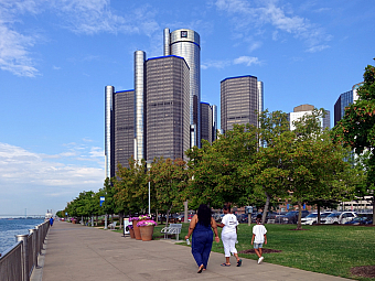 Nábřeží řeky Detroit a budovy GM Renaissance Center (Michigan - USA)