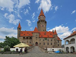 Hrad Bouzov – romantická gotika na Moravě (Česká republika)