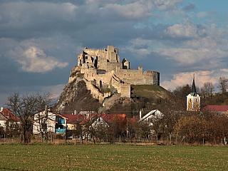 Další zajímavá zřícenina hradu na Slovensku, hned po tom Čachtickém, je například hrad Beckov, jenž se nachází nedaleko někdejších federálních hranic u Trenčína. O hradu se jako vůbec první zmiňuje Anonymova kronika, ta jej označuje za poměrně starou záležitost – což archeologické výzkumy...