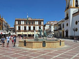 Ronda – město v Andalusii vybudované nad skalní roklí (Španělsko)