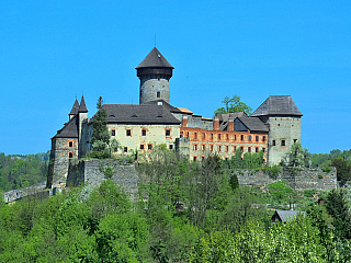 Romanticky vyhlížející hrad Sovinec (Česká republika)
