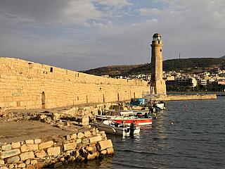 Město Rethymno se rozkládá na severním pobřeží Kréty, zhruba osm desítek kilometrů od metropole Heraklionu. Žije zde na třicet tisíc lidí (jde tedy o třetí největší město na Krétě) a stejně jako vChanii tu najdeme pestrou paletu odkazů na někdejší benátskou přítomnost na ostrově. Asi...
