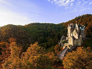 Hrad Eltz se stavěl hned několik staletí, střídá se tu pravidelně románský sloh, gotika i renesance a špetka baroka. Hrad Eltz se tyčí na sedmdesátimetrové skále nad Moselou poblíž města Trevíru, nedaleko je pak i Koblenz. Celou dobu byl ve vlastnictví šlechtické rodiny Eltzů (a jejích přímých...